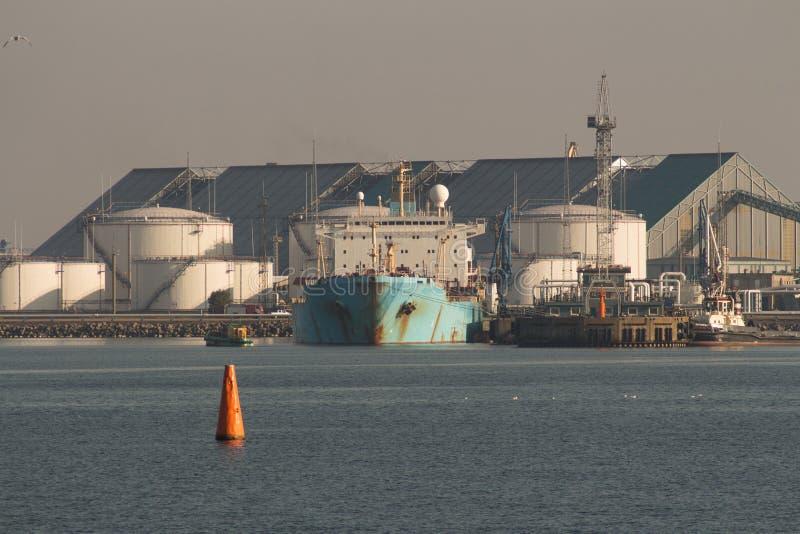 Enormer Tanker festgemacht zu einem Kai stockfotos