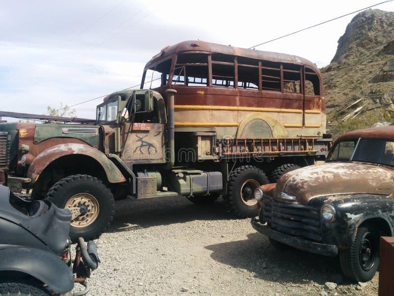 Enormer verrosteter kundenspezifischer Monstertruckbus lizenzfreies stockfoto