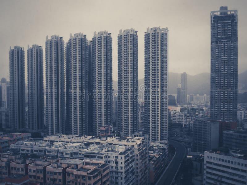 Enormes Gebäude ragt - Wolkenkratzer in China - Weinlesefilter hoch lizenzfreie stockfotografie