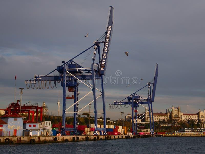 Enormes grúas en el puerto de Haydar Pa?a imagenes de archivo