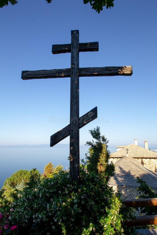 Enormes hölzernes orthodoxes acht-spitzes Kreuz gegen den Himmel nach der Dämmerung auf Mount Athos lizenzfreie stockfotografie