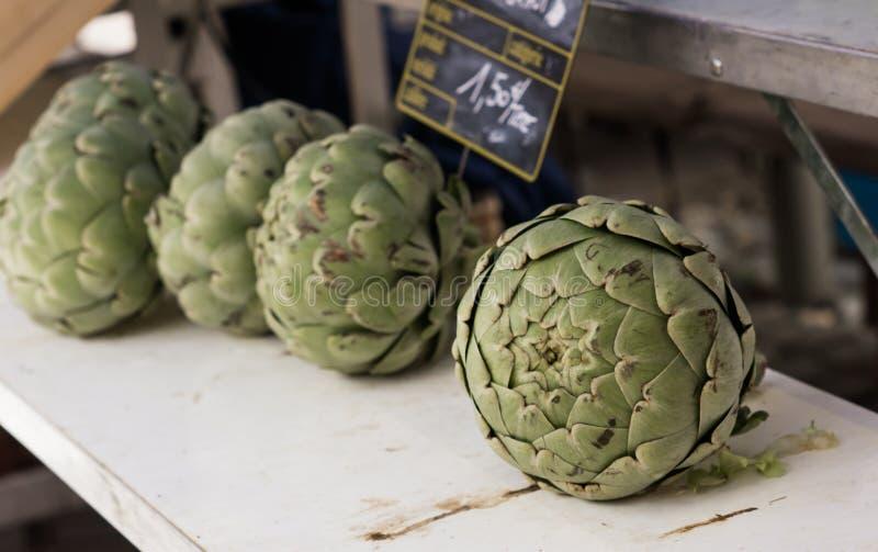 Enormes organisches antichchoke auf einem provençal Straßenmarkt stockfoto