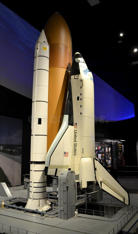 Enormes Raumfähre-Modell auf Launchpad stockbilder