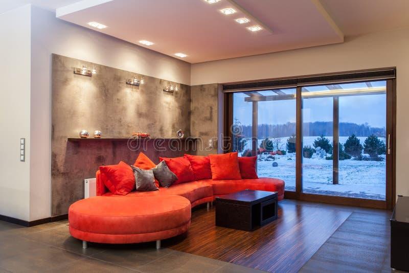 Karminrotes Haus - rotes Sofa lizenzfreies stockfoto