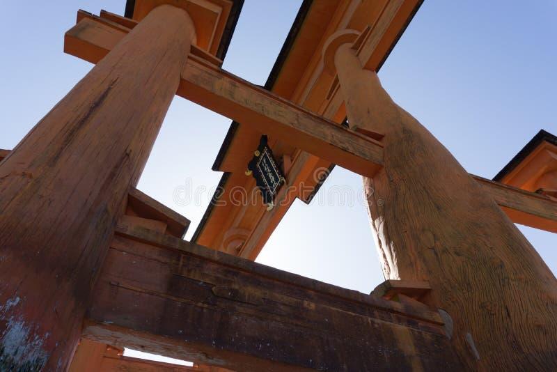 Enormes sich hin- und herbewegendes torii Itsukushima Tor lizenzfreie stockbilder