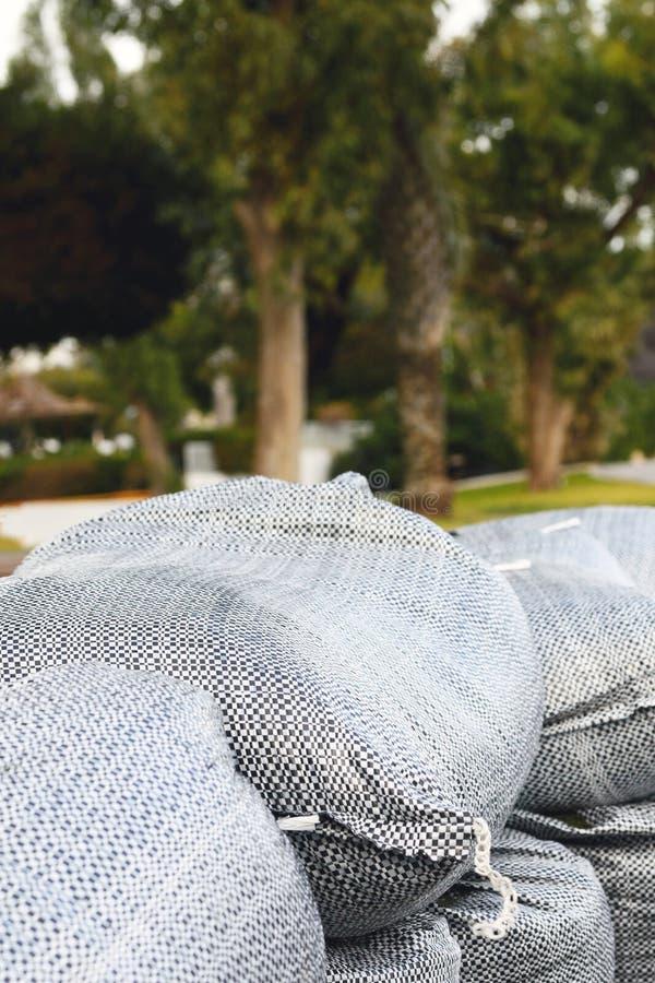 Enormi sacchi di sabbia lungo la costa della località turistica di Limassol, Cipro Protezione da onde marine, tempeste, uragani fotografie stock libere da diritti