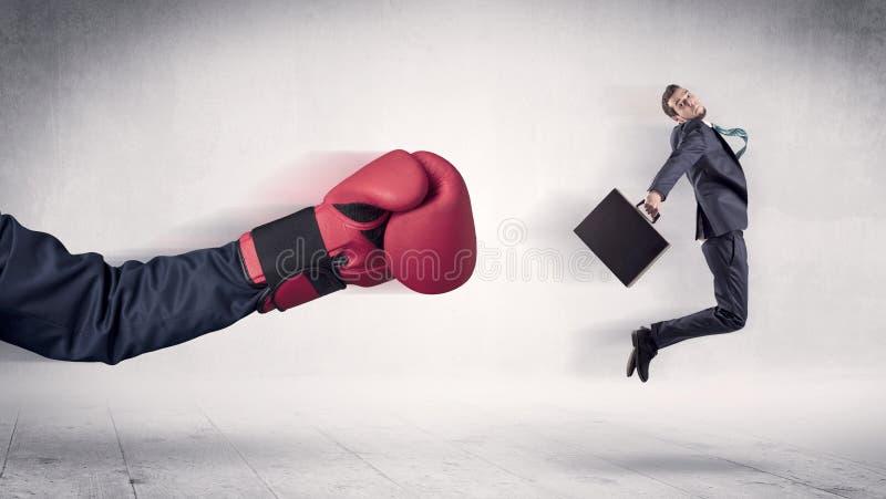 Enormt begrepp f?r aff?rsman f?r stansmaskiner f?r boxninghandskar royaltyfri fotografi