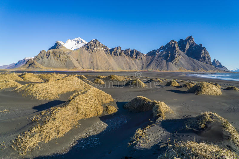 Enormt berg vid havet i Island royaltyfri bild