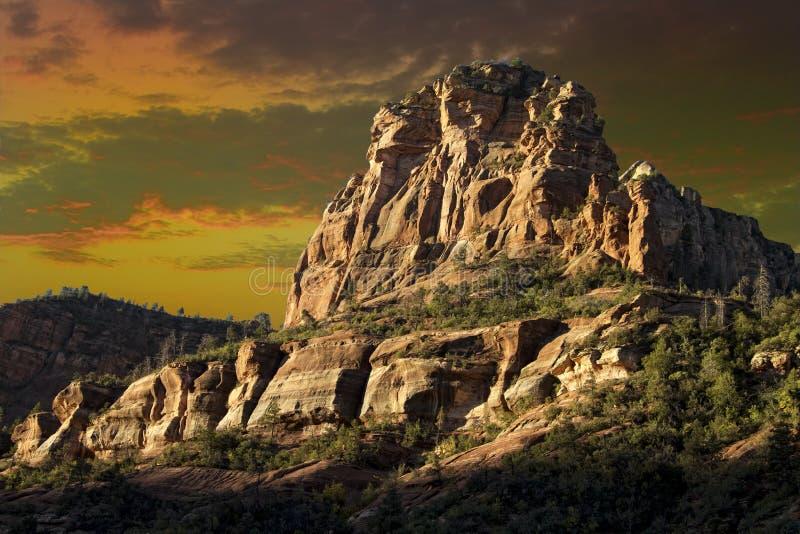 Enormt, högväxt och ojämnt rött vaggar berget i Sedona Arizona arkivfoton