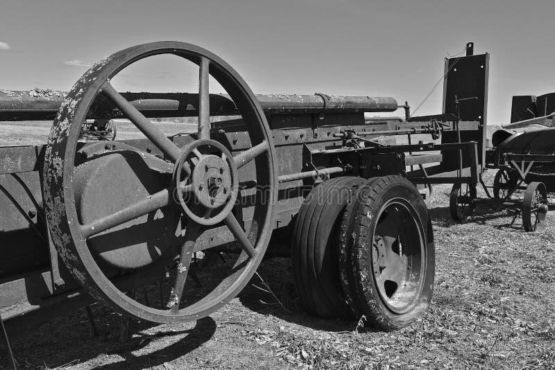 Enormt klipskt hjul på en mycket gammal höbalerblack och vit royaltyfri foto