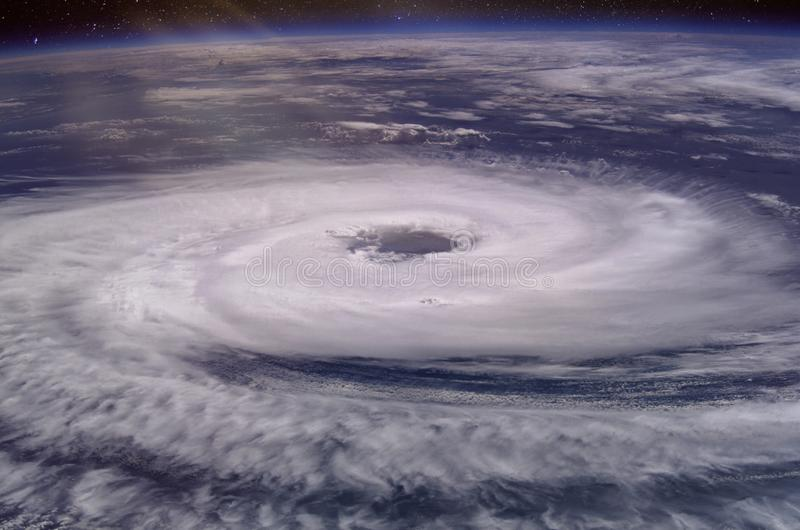 Enormt orkanöga arkivbild