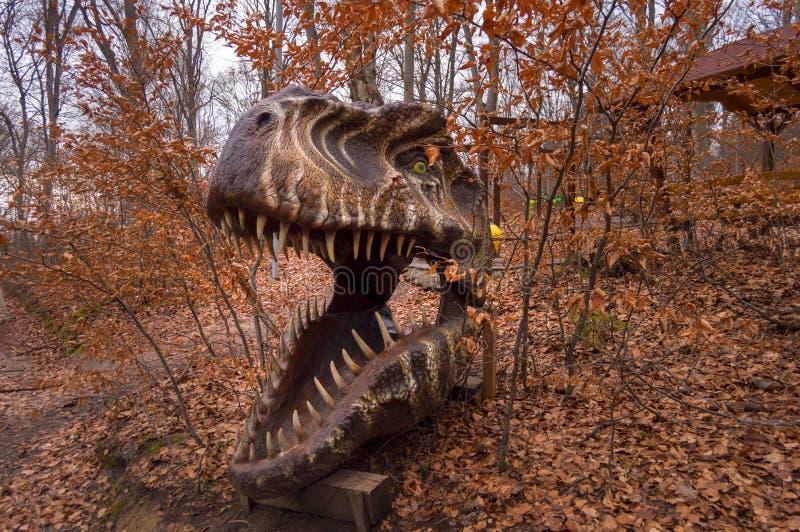 Enormt T-Rex huvud på Dino Park Rasnov, det enda dinosaurienöjesfältet i Rumänien och det störst i söder-östliga Europa royaltyfri fotografi