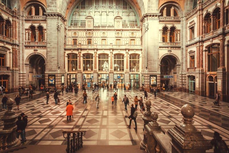 Enormt utrymme av ?ndstationen av j?rnv?gsstationen Antwerpen Centraal som konstrueras, i 1905 och att rusa passagerare arkivbild