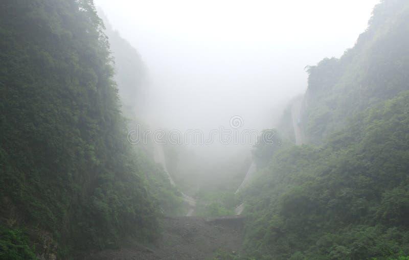 Enormt vagga bergkonturn med episkt berglandskap för vit mist royaltyfri foto