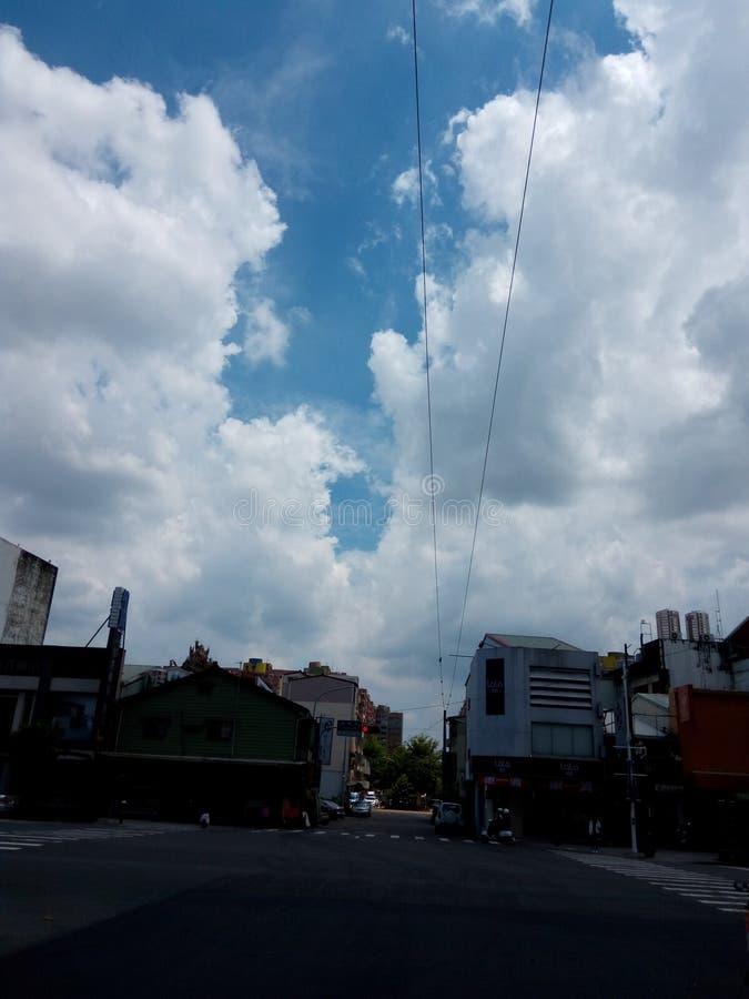 enormt vitt moln över staden royaltyfri fotografi