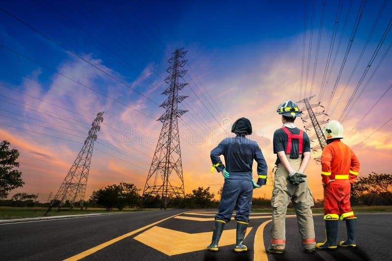 Enquête de sécurité d'ingénieur de pylône de l'électricité photographie stock libre de droits