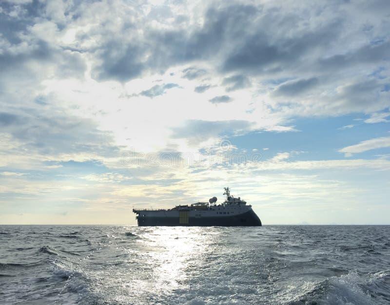 Enquête séismique de bateau de navire pour l'huile et la prospection de gaz photographie stock