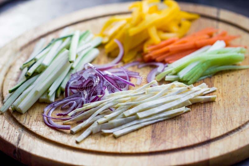 Enrarezca los palillos tajados de las verduras para cocinar, calabacín, zanahoria fotos de archivo