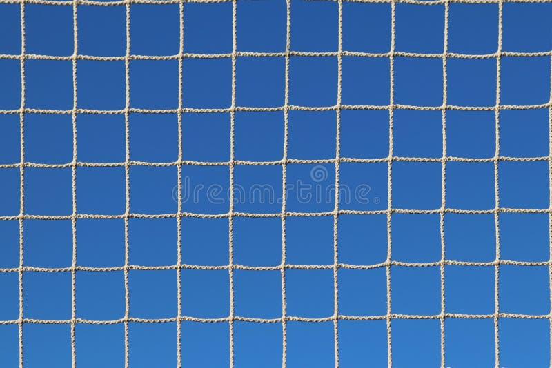 Enrede tejido de una cuerda en los rayos del sol claro contra un cielo azul El cavarar transparente de la luz Rápido desecada par fotos de archivo