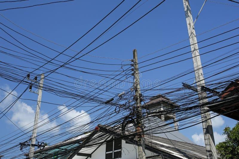 Enredo de cables y de alambres en la calle tailandesa foto de archivo