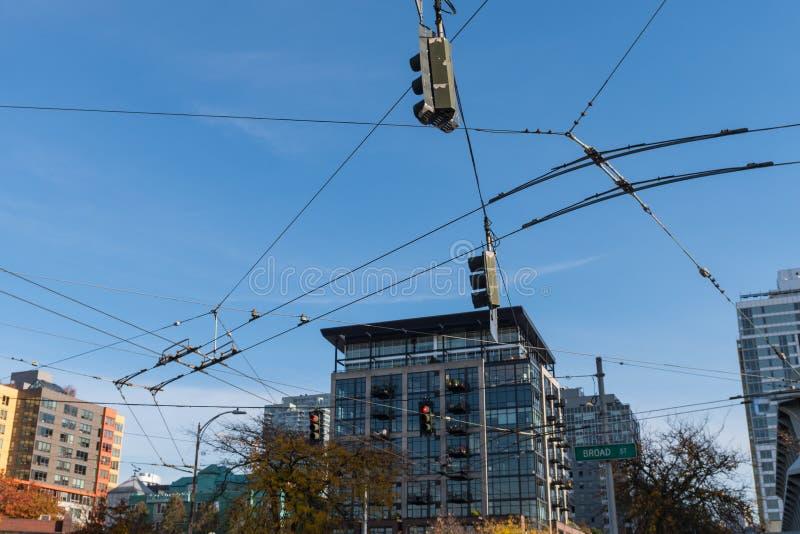 Enredo de cables y de líneas eléctricas para las señales de tráfico de Seattle y las tranvías foto de archivo