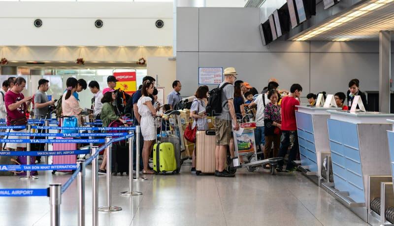 Enregistramiento que espera de la gente para en el aeropuerto de Cat Bi en Hai Phong, Vietnam imagen de archivo