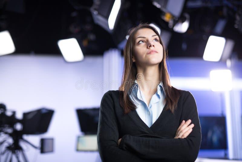 Enregistrement de présentateur de télévision dans le studio d'actualités Ancre femelle de journaliste présentant le rapport de ge photos stock