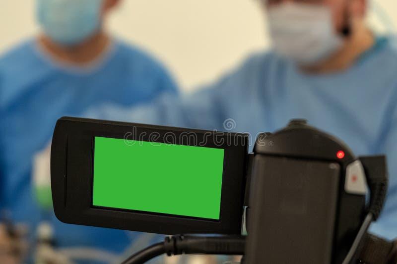 Enregistrement vidéo et diffusion en direct du travail de deux chirurgiens Hôpital chirurgical de salle d'opération Caméscope ver images stock