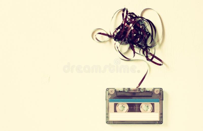 Enregistreur à cassettes au-dessus de table en bois avec le ruban embrouillé Vue supérieure rétro filtre photos libres de droits