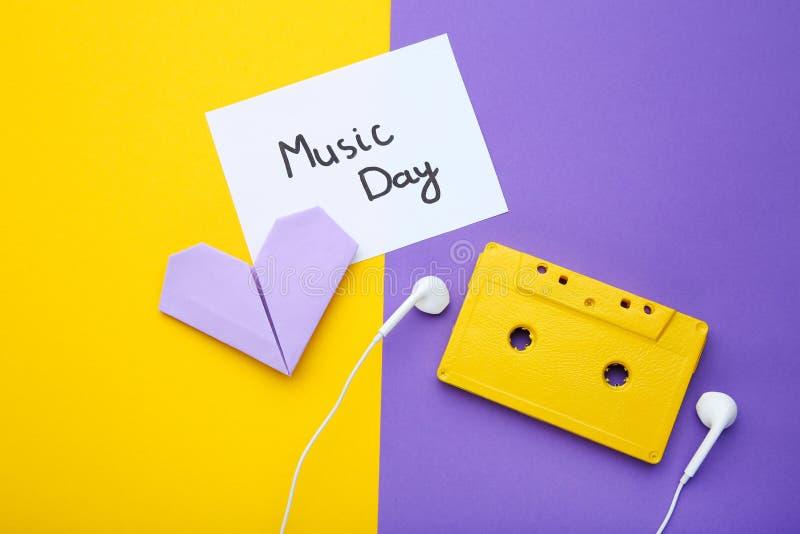 Enregistreur à cassettes avec des écouteurs image libre de droits