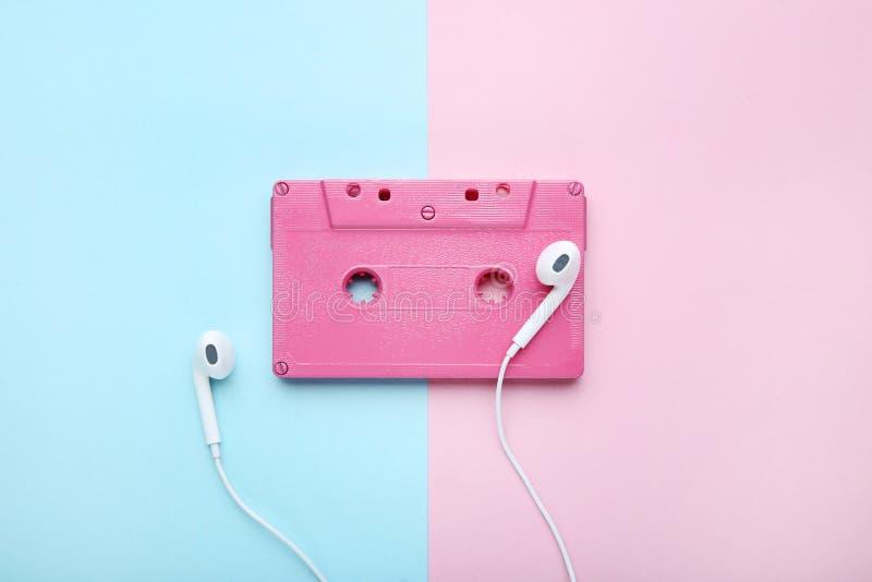 Enregistreur à cassettes avec des écouteurs image stock