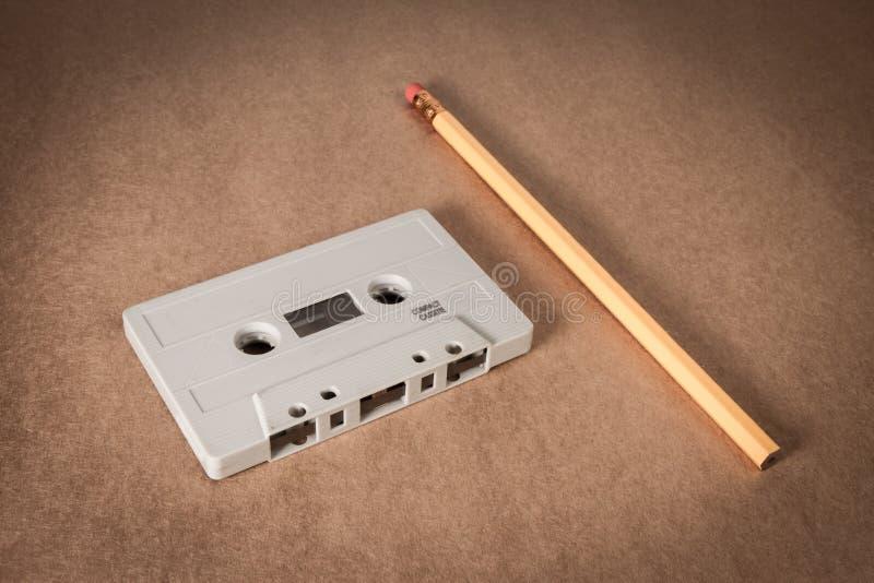 Enregistreur à cassettes avec le crayon pour le rebobinage sur le fond de papier brun Type de cru photographie stock