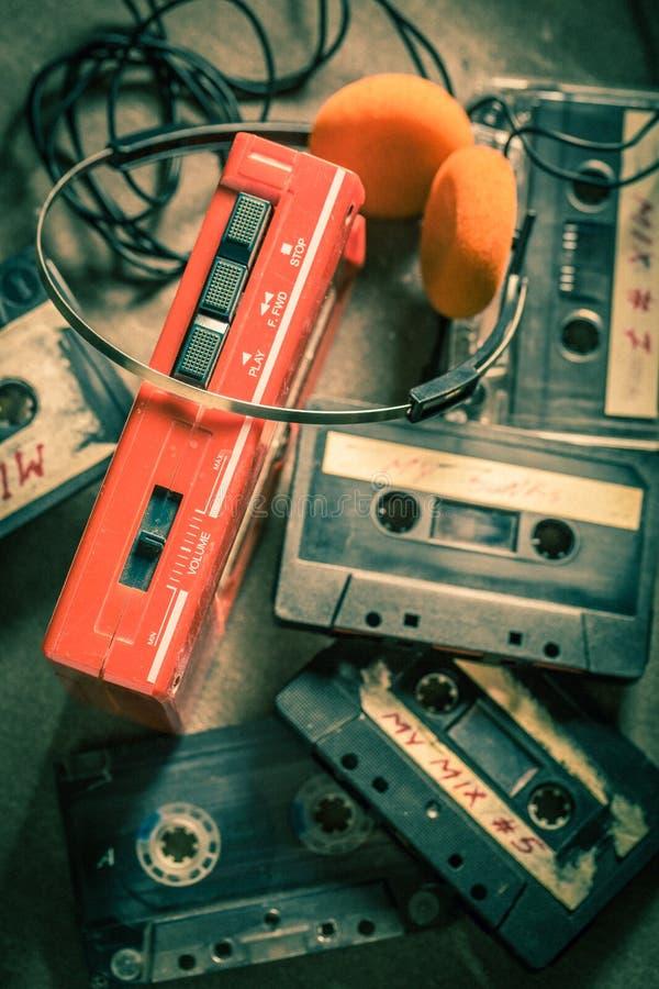 Enregistreur à cassettes classique avec le baladeur et les écouteurs photo libre de droits
