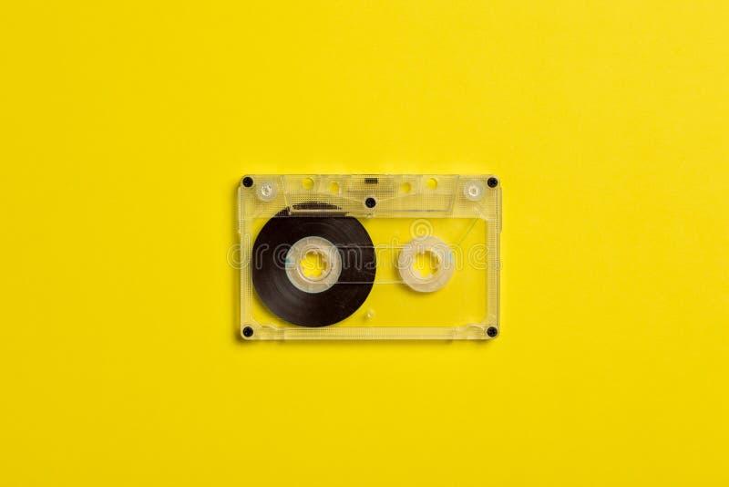 Enregistreur ? cassettes sur un fond jaune photographie stock libre de droits
