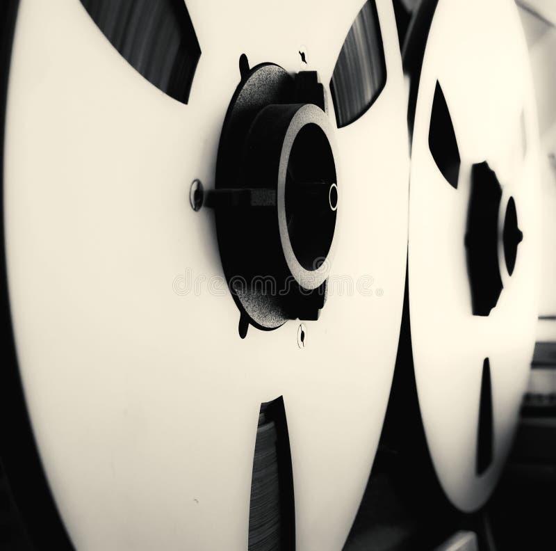 Enregistreur ouvert de platine du dérouleur de bobine de stéréo analogue avec de grandes bobines images libres de droits