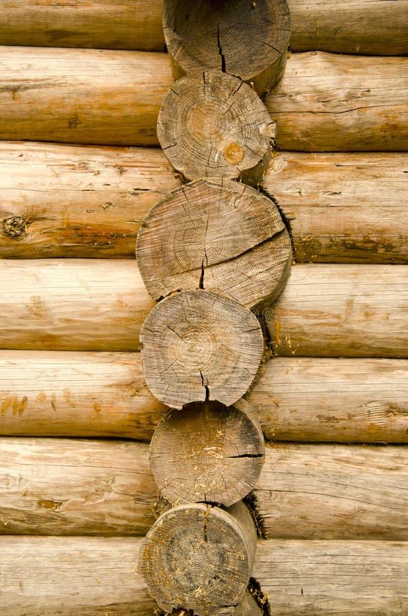 Enregistrez la maison en bois faite de plan rapproché de mur de joncteur réseau d'arbre images libres de droits