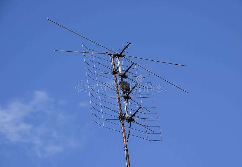 Enrejado de la misma fase de toda onda de la antena La antena de televisión para la recepción de la radio TV de una señal imagenes de archivo