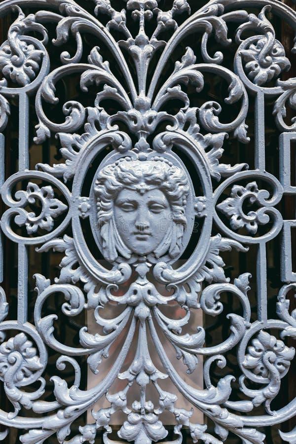 Enrejado decorativo del labrado-hierro imagen de archivo