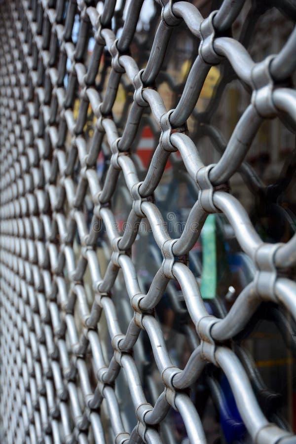 Enrejado decorativo del metal en la ventana Parrilla decorativa foto de archivo libre de regalías