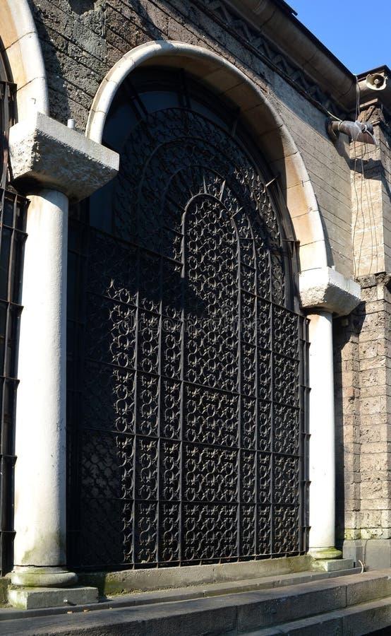Enrejado forjado decorativo entre las columnas de la iglesia de StNedelya, Sofía, Bulgaria imágenes de archivo libres de regalías