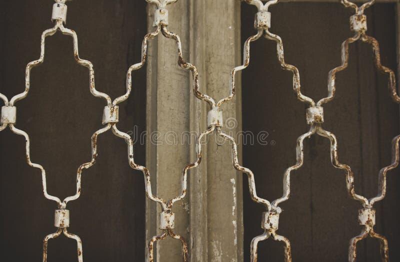 Enrejado oxidado en la ventana imágenes de archivo libres de regalías