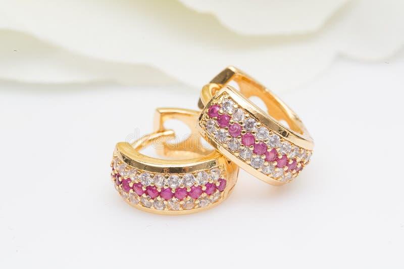 Enrelaçamentos Ouro Hoop Earrings com diamantes Joia imagem de stock
