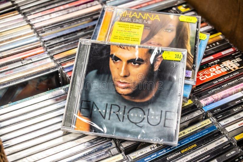 Enrique Iglesias-CD album Enrique 1999 op vertoning voor verkoop, beroemde Spaanse zanger, songwriter, acteur stock foto