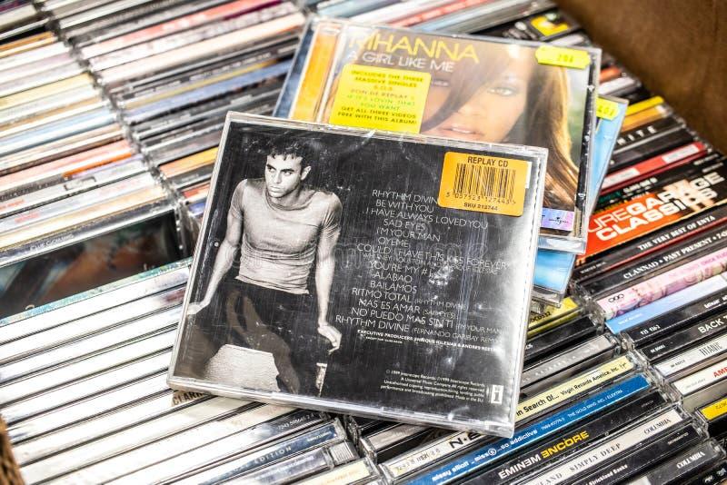 Enrique Iglesias-CD album Enrique 1999 op vertoning voor verkoop, beroemde Spaanse zanger, songwriter, acteur stock afbeelding