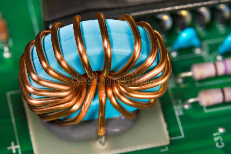 Enrolamento do fio de cobre Detalhe do indutor do inversor Peças eletrônicas coloridas fotografia de stock