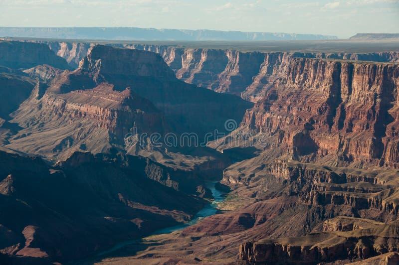 Enrolamento o Rio Colorado em Grand Canyon, da torre de vigia da opinião do deserto, o Arizona imagem de stock