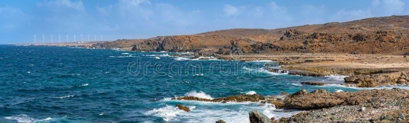 Enrole e ondas na paisagem costal áspera na costa norte do ` s de Aruba fotografia de stock royalty free
