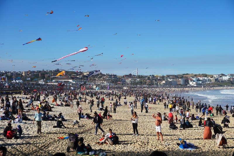 Enrolle el festival en la playa de Bondi, Sydney, Australia el 10 de septiembre de 2017 Las cometas coloridas en el cielo como ev imágenes de archivo libres de regalías