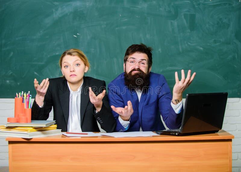 Enrollee que se entrevista con El director del profesor decide que entrará en la escuela privada Escuela privada de la élite Enro fotos de archivo libres de regalías