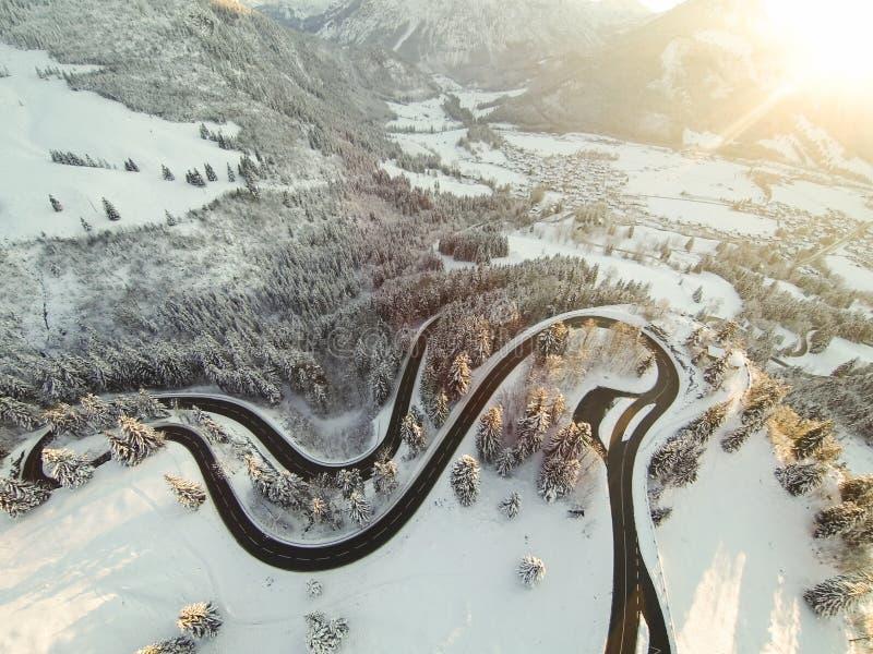 Enroulement de route de montagne par les Alpes allemands photo stock